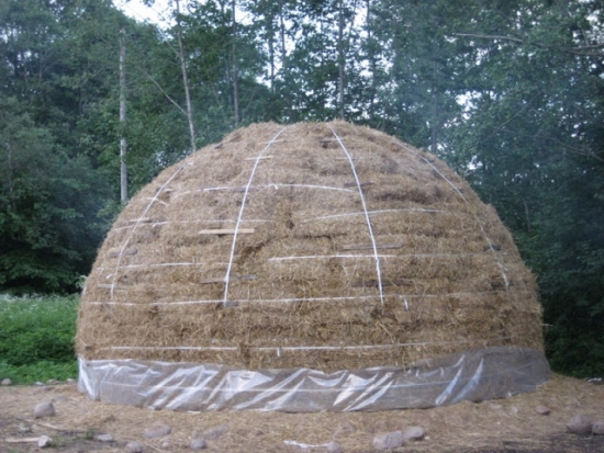 Casa sferica din baloti si lemn