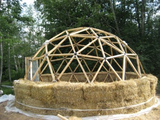 Casa sferica din paie