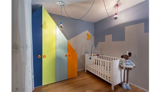 Camera copii zugravita in doua culori lila si alb