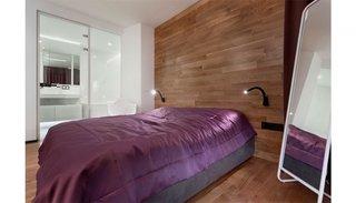 Perete de deasupra patului placat cu parchet de stejar