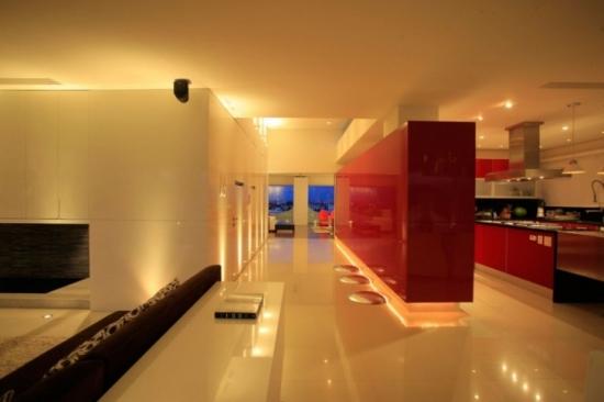 Iluminat inteligent instalat de-a lungul peretilor