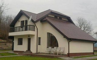 Casa cu acoperis cu forma complexa