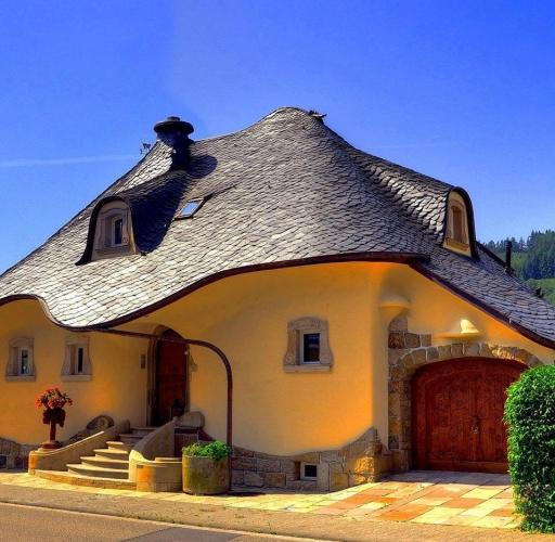 Casa cu acoperis forma curba