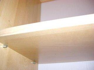 Asezare rafturi pe suporti metali in dulap