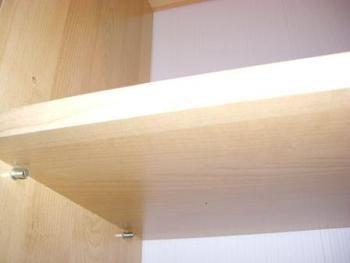 asezare rafturi in dulapul pentru hol