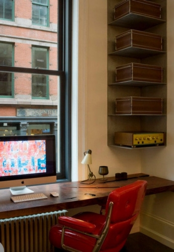 birou mic cu rafturi supendate pe colt