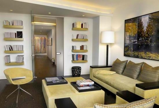 Canapea crem cu masuta si fotolii asortate si etajere mici suspendate pe perete
