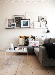 Etajera simpla neagra in living alb cu canapea gri