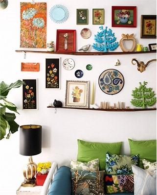 Etajere inguste folosite pentru afisarea decoratiunilor pe peretele din spatele canapelei