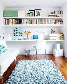 Living mic si ingust cu perete cu etajere si birou