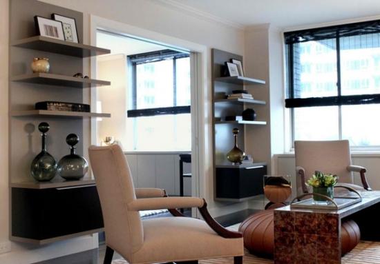 Living modern cu dulapuri suspendate pe perete cu etajere