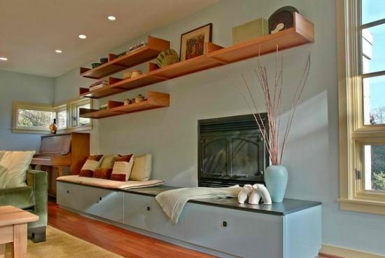 Living rustic cu etajere suspendate din lemn