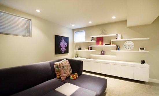 Living simplu crem cu mobila alba cu etajere de perete
