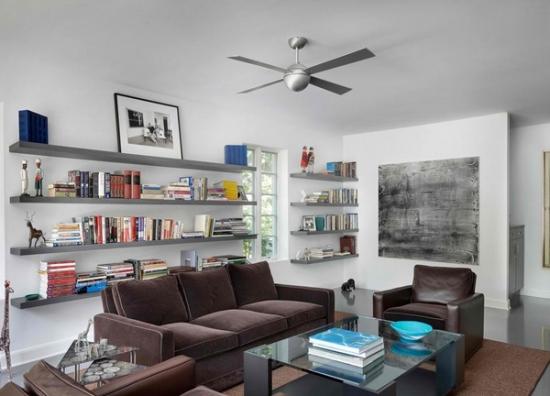 Living zugravit alb cu canapea si fotolii maro inchis si etajere de perete gri