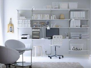 Perete din living cu rafturi si etajere montate pe el transformat in birou