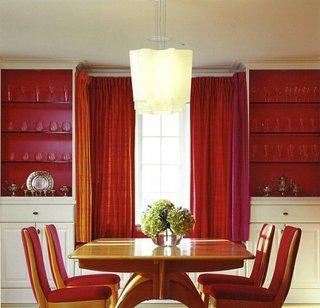 Rafturi din sticla folosite in living cu pereti rosii