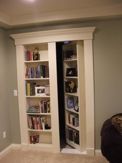 Usa alba de living cu etajere pentru carti si decoratiuni