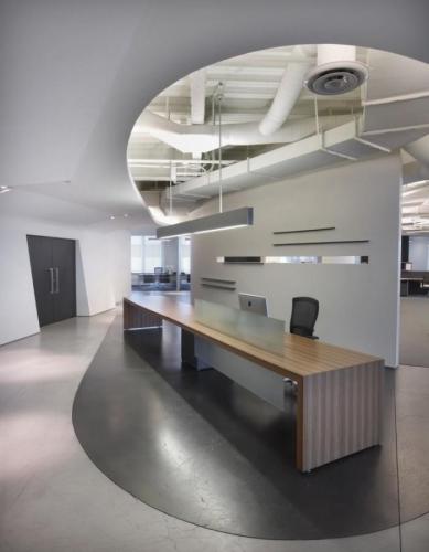 Birou open space cu zona de receptie delimitata prin panou decorativ