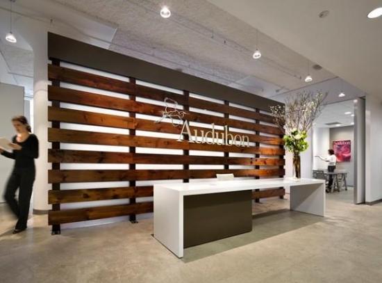 Receptie cu panou decorativ din lemn si birou alb lucios