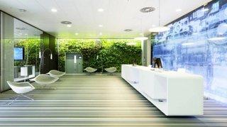 Sala de asteptare cu receptie amenajata in stil ultramodern