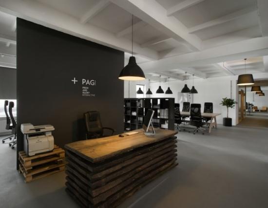 Sala de asteptare cu receptie realizata din paleti in stil industrial modern