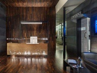 Spatiu de birouri amenajat modern cu receptie la intrare