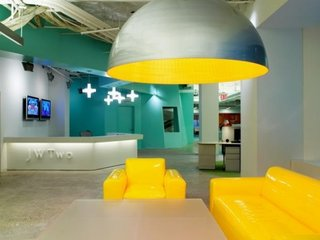 Zona de asteptare a unui birou decorata cu accente galbene