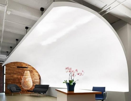 Zona de asteptare cu scaune si cu receptie amenajata minimalist modern