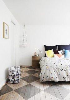 Dormitor simplu alb cu pardoseala model tabla sah
