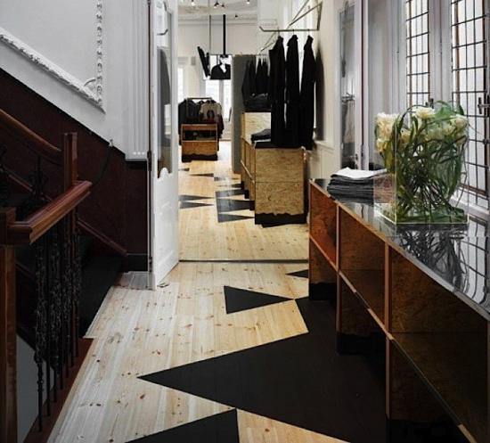 Parchet de lemn vopsit cu modele abstracte negre