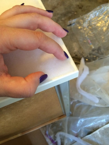 Aplicare folie din spuma pe frontul sertarului comodei