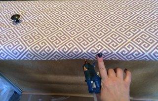 Lipire material pe partea dorsala a sertarului