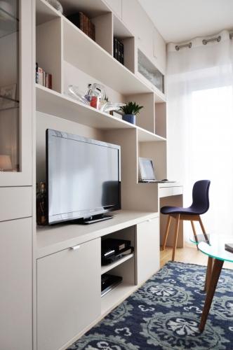Biblioteca in living cu televizor carti decoratiuni