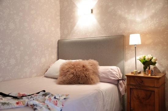 Dormitor pat cu tablie perete tapetat gri