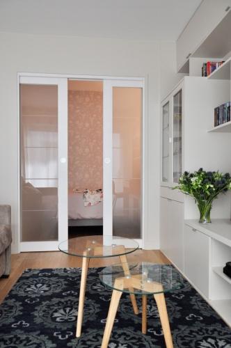 Dormitor separat de living printr-o usa glisanta