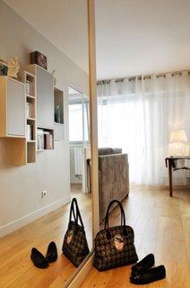 Holul apartamentului parchet maro rafturi pe perete