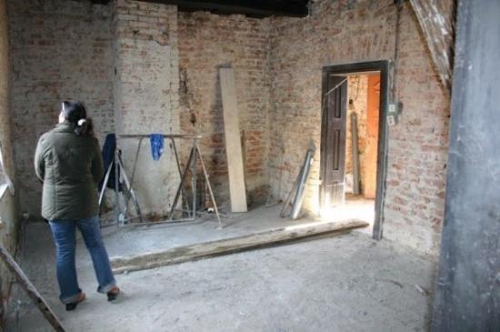 Interior casa decopertat pana la caramida