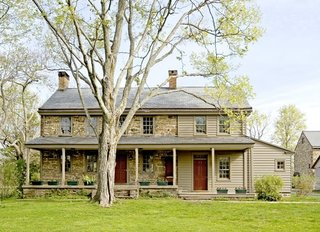 Casa placata partial cu caramida si partial cu lambriu din lemn