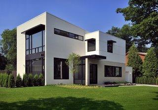 Exterior modern de casa parter plus etaj cu fatada alba si tamplarie neagra