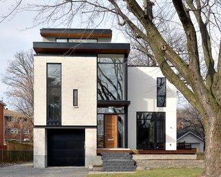 Parter etaj si mansarda un proiect de casa moderna cu ferestre mari si fatada placata cu marmura alb