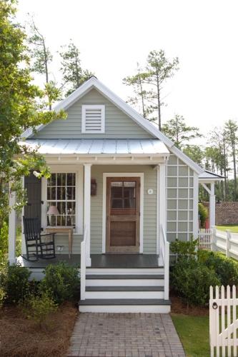 Proiect de casa mica placata cu lambriu de lemn la exterior