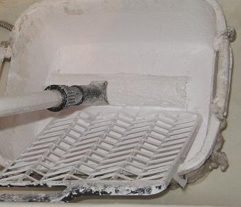 Scurgerea surplusului de vopsea lavabila de pe trafalet cu ajutorul gratarului