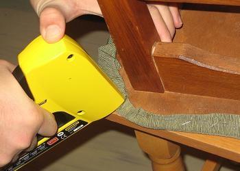 Capsarea materialului la colturile scaunului