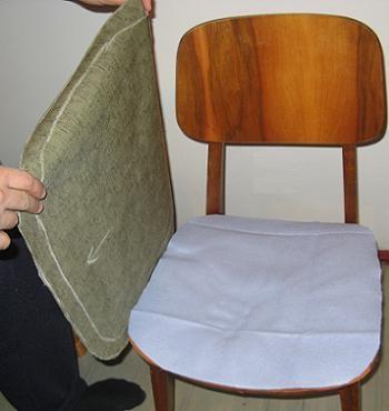 Etapa in procesul de retapitare al unui vechi scaun