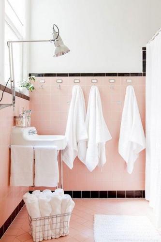 Baie decorata cu gresie si faianta roz cuart
