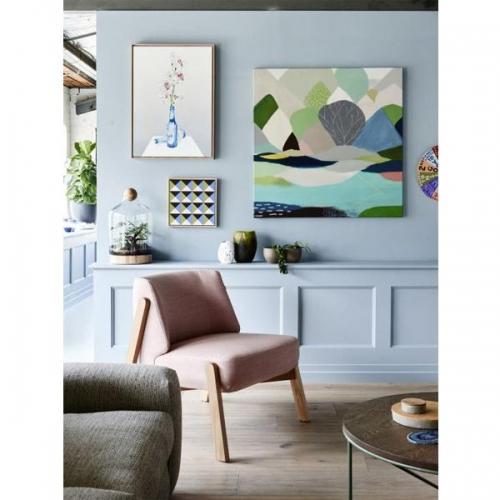 Camera de zi moderna cu pereti bleu si fotoliu roz