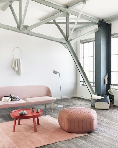 Camera moderna cu grinzi metalice gri asortate cu parchetul