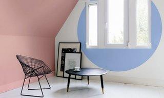Colt de camera cu pereti vopsiti in roz si bleu pastel