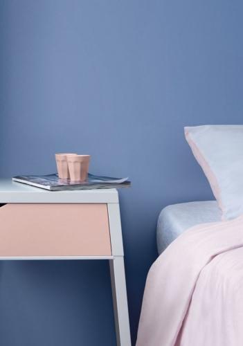 Pereti albastru seren si piese de mobilier roz cuart