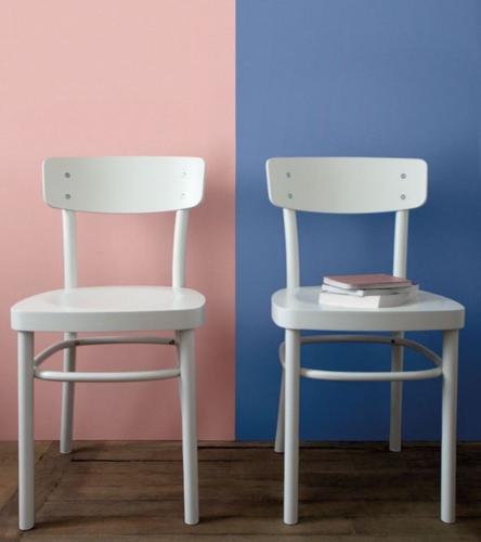 Scaune albe asortate cu zugraveala roz cuart si bleu seren